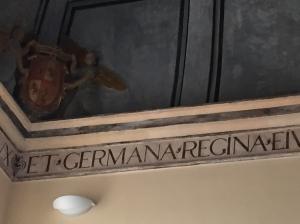 Emblema de la reina Germana en San Miguel de los Reyes. Foto: Adrián Yánez